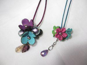 皮の花のネックレス